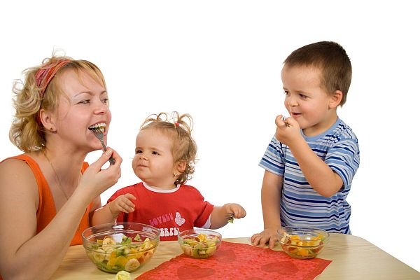 images_mother-and-children-eating.jpg