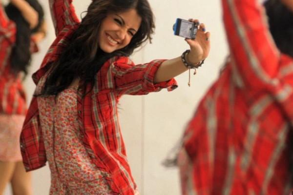 images_Young-Actress-Anushka-Sharma-in-Good-Mood-600x400.jpg