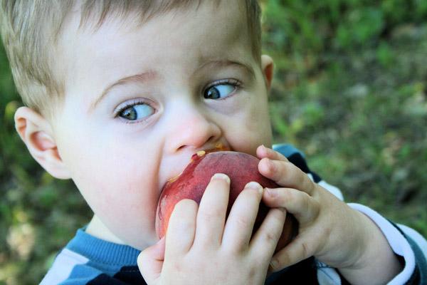 images_alittle-boy-eating.jpg