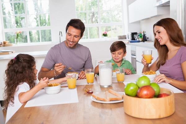 images_0aaFamily_eating_breakfast.jpg