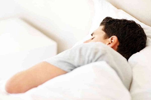 images_0aman-sleeping-in-bed.jpg