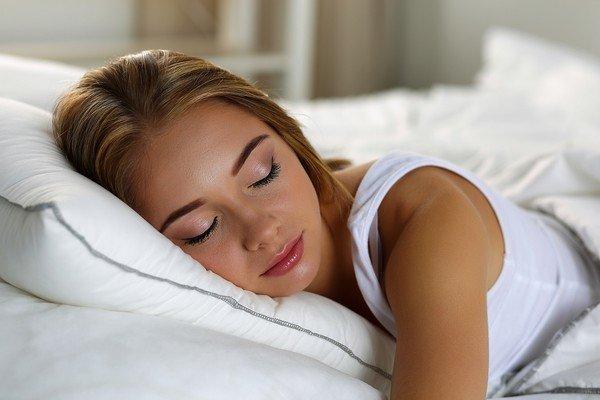 images_1woman_sleeping_in_bed.jpg