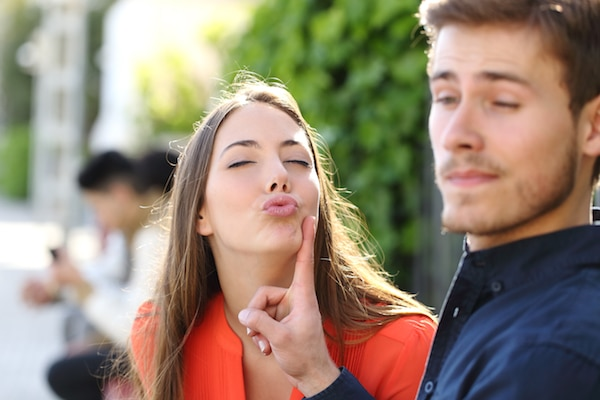 images_29112016_Woman-Trying-To-Kiss-A-Man.jpg