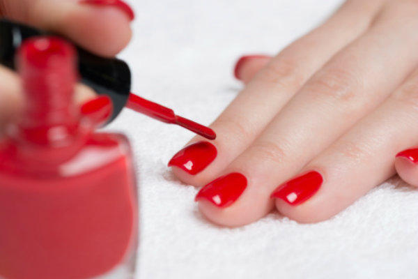 images_24122016_woman-doing-nails.jpg