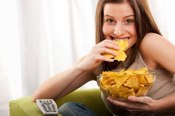 images_28122016_woman-eating-snack.jpg