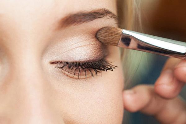 images_1022017_eye-makeup-woman-applying-eyeshadow-powder.jpg