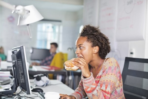 images_1222017_a-woman-eating-lunch-on-their-desk-e1450817646447.jpg