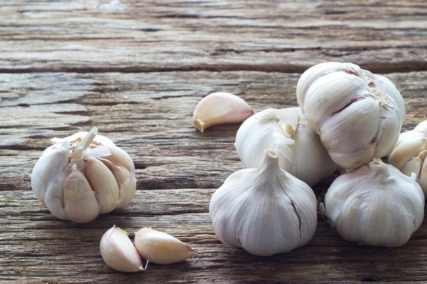 images_2822017_2_Garlic-on-the-wooden-backgrou.jpg