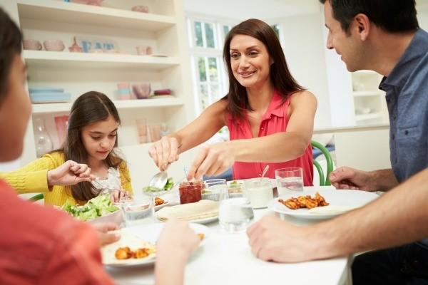 images_2332017_2_family_eating_dinner_l1.jpg
