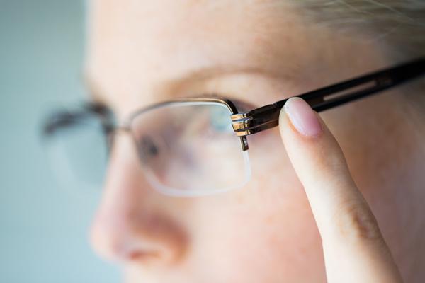 images_2332017_woman-finger-glasses.jpg
