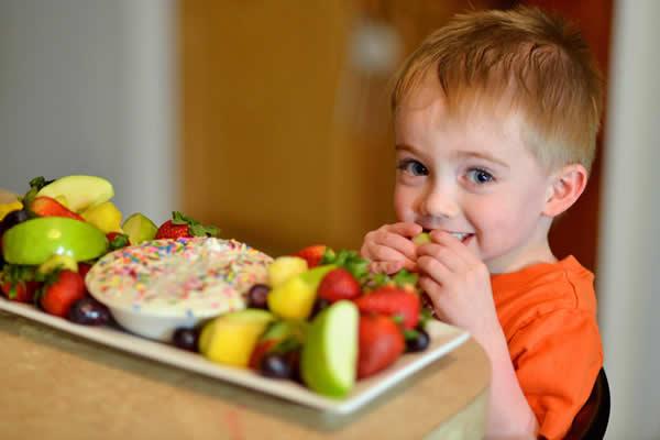 images_632017_fruits-kid-eating.jpg