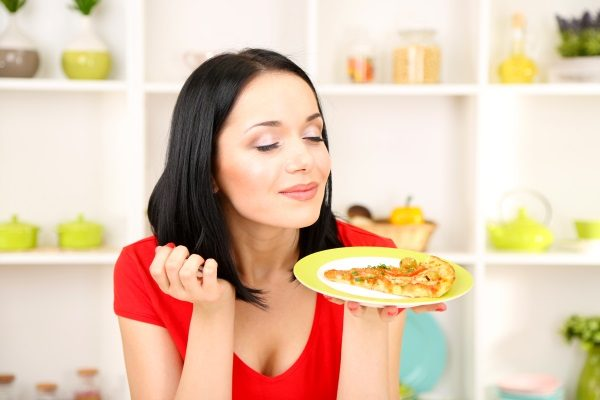 images_1742017_2_Mindful-Eating-Tips-woman-with-pizza-600x400.jpg