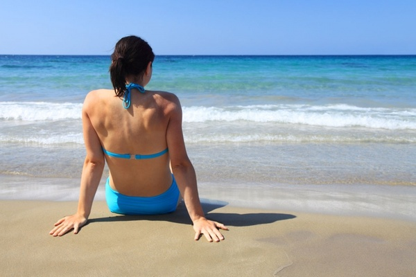 images_1152017_2_woman_sitting_in_sand_187153.jpg