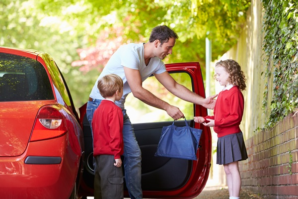 images_1952017_Dad-drives-kids-to-school-resize.jpg