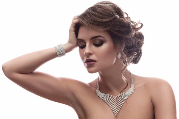 images_1952017_Elegant-beautiful-woman-wearing-diamond-jewelry-Stock-Photo-03.jpg