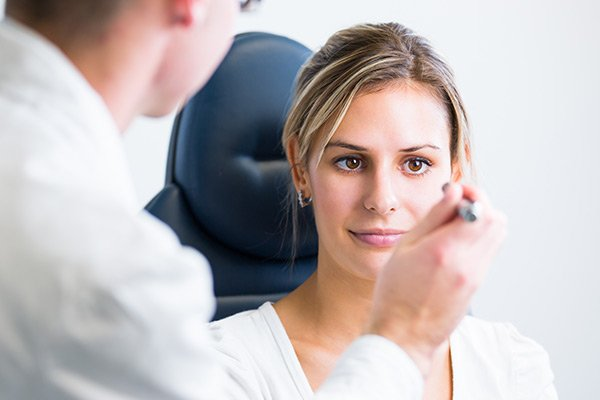 images_1982017_Pretty-young-woman-having-her-eyes-examined-by-an-eye-doctor-600x400.jpg