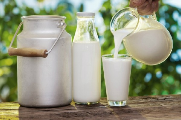 images_1492017_pouring_fresh_raw_milk_in_glass.jpg